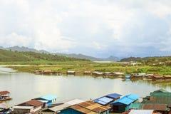 Vista del pueblo de lunes que flota en el río foto de archivo libre de regalías