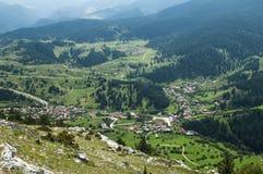 Vista del pueblo de montaña Imagen de archivo libre de regalías
