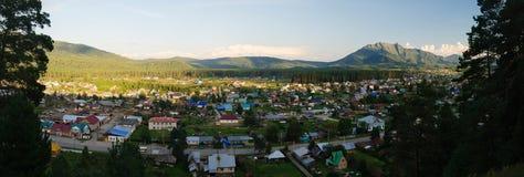 Vista del pueblo de montaña Fotos de archivo