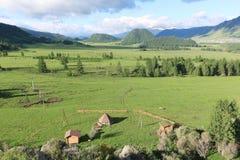 Vista del pueblo de montaña de Elo, Altai, Rusia Foto de archivo libre de regalías