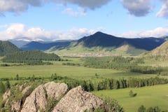 Vista del pueblo de montaña de Elo, Altai, Rusia Fotografía de archivo