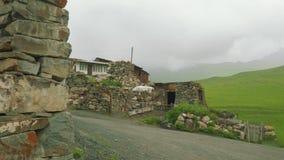Vista del pueblo de montaña viejo con sus edificios y albañilería almacen de video