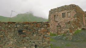 Vista del pueblo de montaña viejo con sus edificios y albañilería almacen de metraje de vídeo
