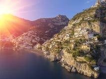 Vista del pueblo de Positano a lo largo de la costa de Amalfi en Italia fotografía de archivo libre de regalías