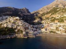 Vista del pueblo de Positano a lo largo de la costa de Amalfi en Italia fotos de archivo libres de regalías