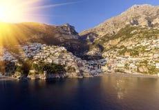 Vista del pueblo de Positano a lo largo de la costa de Amalfi en Italia fotografía de archivo