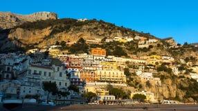 Vista del pueblo de Positano a lo largo de la costa de Amalfi en Italia imagen de archivo