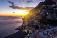 Vista del pueblo de Positano a lo largo de la costa de Amalfi en Italia imagenes de archivo