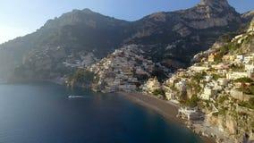 Vista del pueblo de Positano a lo largo de la costa de Amalfi en Italia almacen de video