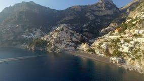 Vista del pueblo de Positano a lo largo de la costa de Amalfi en Italia metrajes