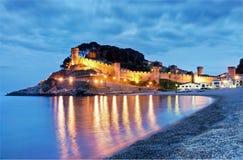 Vista del pueblo de Tossa de Mar, Costa Brava, España: Catedral y casas Imagen de archivo libre de regalías