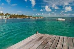 Vista del pueblo de un embarcadero de madera, Beli del calafate de Caye foto de archivo libre de regalías