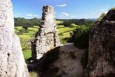 Vista del pueblo del sulov de la ruina del castillo del sulov Fotografía de archivo libre de regalías