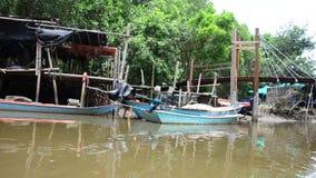 Vista del pueblo pesquero y del bosque de los mangles del barco de la cola larga del servicio almacen de metraje de vídeo