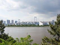 Vista del puente del arco iris de Odaiba, Tokio, Japón foto de archivo libre de regalías