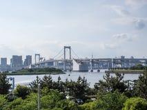 Vista del puente del arco iris de Odaiba, Tokio, Japón imagen de archivo libre de regalías