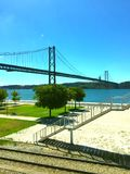 Vista del puente, día de verano, Lisboa foto de archivo