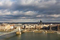 Vista del puente de cadena de Szechenyi a través basílica del ½ s del ¿de Danubio y del St Stephenï en Budapest, Hungría imágenes de archivo libres de regalías