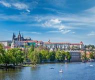 Vista del puente de Charles sobre el río y Gradchany (Praga C de Moldava Imagenes de archivo