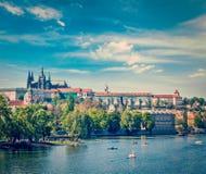 Vista del puente de Charles sobre el río y Gradchany (Praga C de Moldava Fotografía de archivo