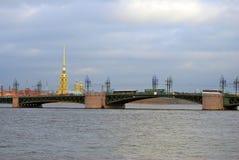 Vista del puente de Dvortsovy sobre el río de Neva imagenes de archivo
