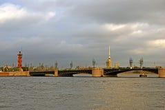 Vista del puente de Dvortsovy sobre el río de Neva fotos de archivo