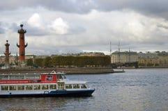 Vista del puente de Dvortsovy sobre el río de Neva fotografía de archivo