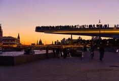 Vista del puente de flotación y del río de Moscú en la puesta del sol Foto de archivo libre de regalías