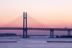 Puente de la bahía sobre salida del sol en Yokohama, Japón Imagen de archivo