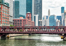 Vista del puente de la calle de Wells en Chicago, los E.E.U.U. Fotos de archivo libres de regalías