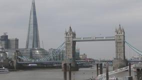 Vista del puente de la torre El símbolo de Inglaterra metrajes