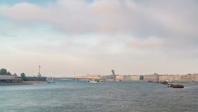 Vista del puente de la trinidad en St Petersburg sobre el timelapse de Neva River almacen de metraje de vídeo