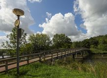 Vista del puente, de las casas y del canal hermosos en un día de verano cubierto en la ciudad holandesa de Vlaardingen imagenes de archivo