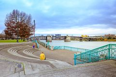 Vista del puente de Morrison y opinión del río de Willamette del agua Fotos de archivo libres de regalías