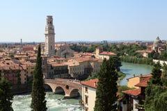 Vista del puente de Ponte en Verona en el río del Adigio Imágenes de archivo libres de regalías