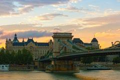 Vista del puente de Secheni en la salida del sol Fotos de archivo