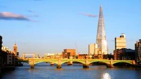 Vista del puente de Southwark por la tarde con otras se?ales en Londres, Inglaterra, Reino Unido metrajes
