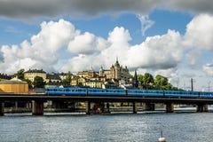 Vista del puente del metro y la zona costera en Stockho central fotos de archivo libres de regalías