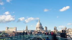 Vista del puente del milenio en Londres con caminar de la catedral y de los turistas de San Pablo Imágenes de archivo libres de regalías