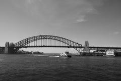 Vista del puente del puerto y del teatro de la ópera en Sydney, Australia fotos de archivo