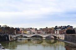 Vista del puente en un río en Roma Foto de archivo