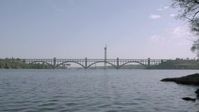 Vista del puente a la isla de Khortytsya Zaporozhye, Ucrania metrajes