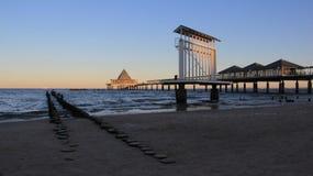 Vista del puente largo del mar en la playa báltica fotos de archivo libres de regalías
