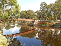 Vista del puente peatonal a través del río de Yarkon Tel Aviv, Israel fotografía de archivo libre de regalías