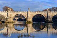 Vista del puente San Ángel, Roma, Italia Fotografía de archivo