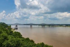 Vista del puente sobre el río Misisipi cerca de la ciudad de Natchez, Mississippi, los E.E.U.U.; fotografía de archivo