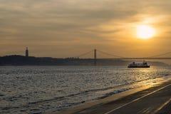 Vista del puente sobre el río Tagus en Lisboa, en la puesta del sol Fotografía de archivo libre de regalías