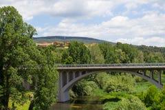Vista del puente, a través del cual usted puede ver el chalet europeo foto de archivo libre de regalías
