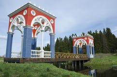 Vista del puente veneciano en el se?or?o de Stepanovskoe-Volosovo de la familia principesca de la regi?n Rusia de Kurakin Tver fotografía de archivo libre de regalías
