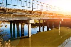 Vista del puente viejo descuidado que consiste en los bloques de cemento fotos de archivo
